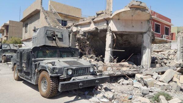 Iraqi army truck near house wreck in western Mosul, Iraq - Sputnik International