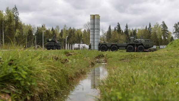 An S-400 Triumf anti-aircraft weapon system and a Pantsir-S surface-to-air missile and anti-aircraft artillery weapon system during the combat duty drills of the surface to air-misile regiment in the Moscow Region - Sputnik International