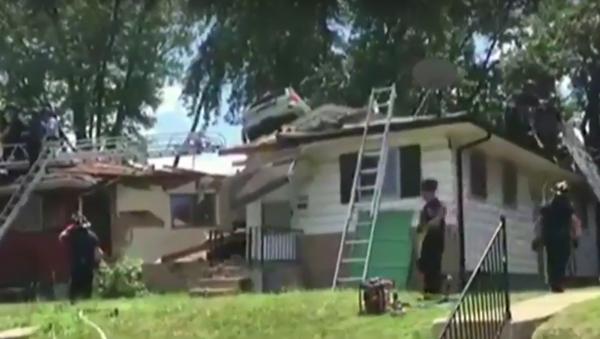 an SUV lands on top of a home in St. Louis, Missouri. - Sputnik International