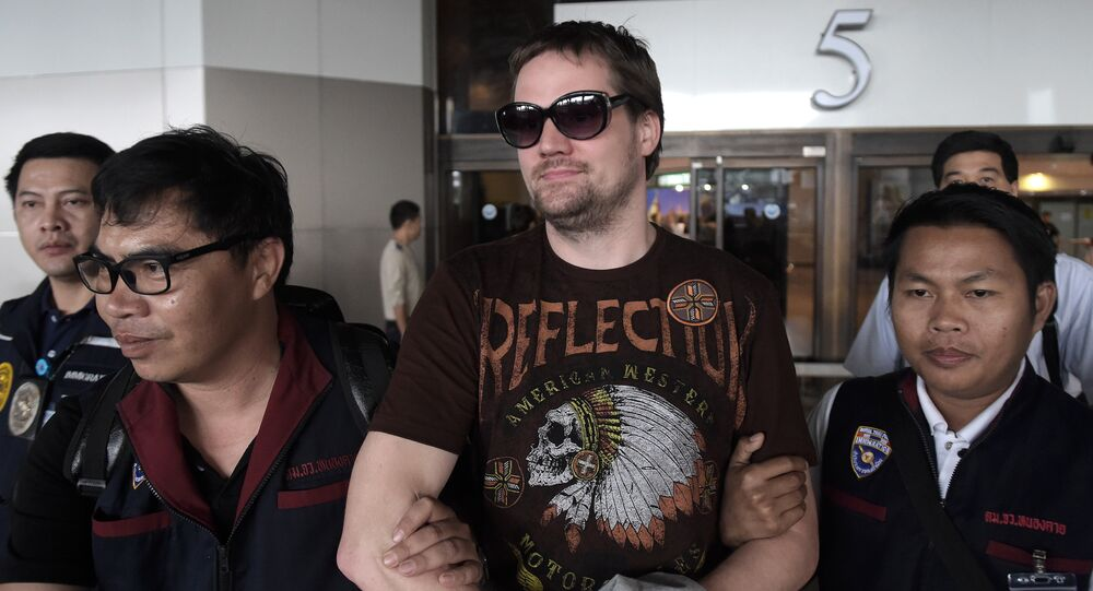 Swedish co-founder of the Pirate Bay website Fredrik Neij (C), 36, is taken by Thai immigration police officers at Don Mueang airport, to an immigration detention centre in Bangkok on November 5, 2013.
