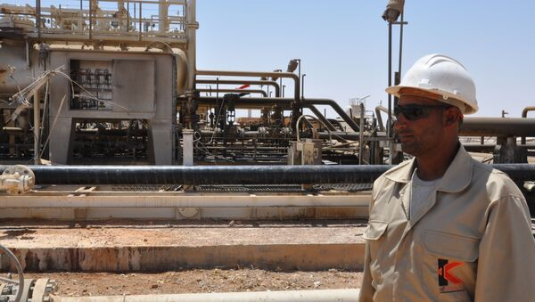 A picture taken on July 9, 2017 shows an employee standing at Syria's Arak gas field, 35 kilometres (20 miles) northeast of the ancient city of Palmyra, in the central province of Homs, a few weeks after it was retaken by government forces from the hands of jihadists of the Islamic State group - Sputnik International