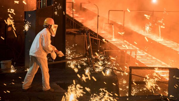A laborer works at a steel plant of Shandong Iron & Steel Group in Jinan, Shandong province, China July 7, 2017 - Sputnik International