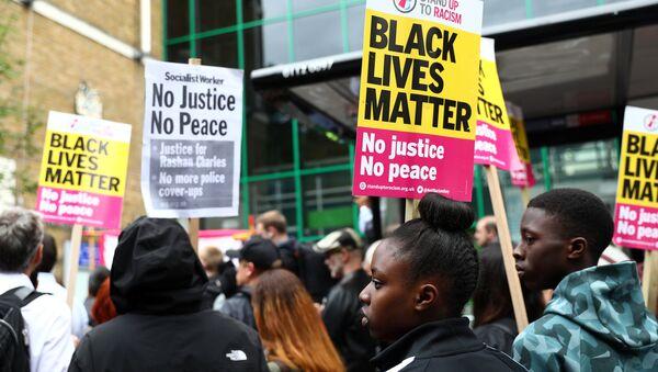 Demonstrators gather at a protest outside Stoke Newington police station over the death of Rashan Charles, London, Britain July 29, 2017. - Sputnik International