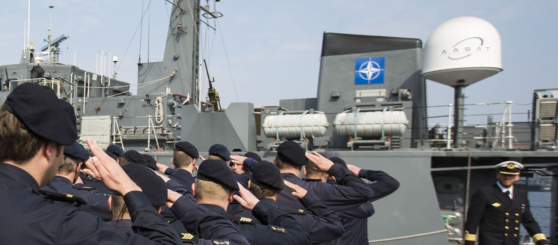 Crew members of Norwegian minesweeper Otra salute after a briefing of NATO Allied Maritime Command Deputy Chief of Staff for Operations, Commodore Arian Minderhoud, right, of the Royal Netherlands Navy before setting sail together in a convoy of five ships of Norway, Belgium, the Netherlands and Estonia from Kiel, Germany, Tuesday, April 22, 2014 - Sputnik International, 1920, 14.06.2021