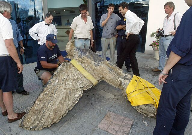 The 250kg bronze eagle, figurehead of the Nazi battleship Graf Spee, is unloaded 10 February, 2006 in a hotel in Montevideo
