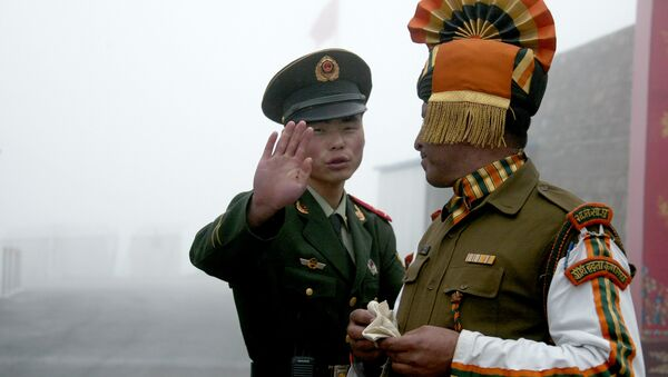 Chinese soldier (L) gesturing next to an Indian soldier at the Nathu La border crossing between India and China in India's northeastern Sikkim state. (File) - Sputnik International