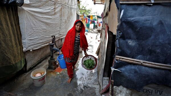 A woman from the Rohingya community carries vegetables in a camp in Delhi, August 17, 2017 - Sputnik International