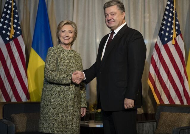 Democratic presidential candidate Hillary Clinton shakes hands with with Ukrainian President Petro Poroshenko in New York, Monday, Sept. 19, 2016.