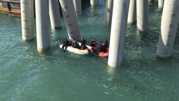 Rescuers work near a pier after a bus carrying a group of workers plunged into the Black Sea outside the settlement of Volna in the Krasnodar region, Russia August 25, 2017 - Sputnik International