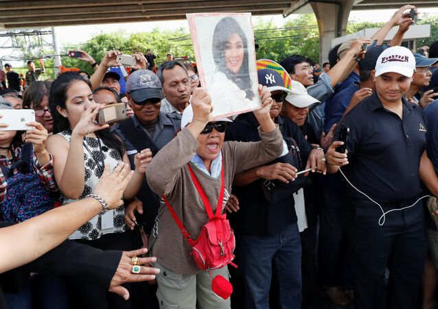 Supporters of ousted former Thai prime minister Yingluck Shinawatra wait for her at the Supreme Court in Bangkok, Thailand, August 25, 2017