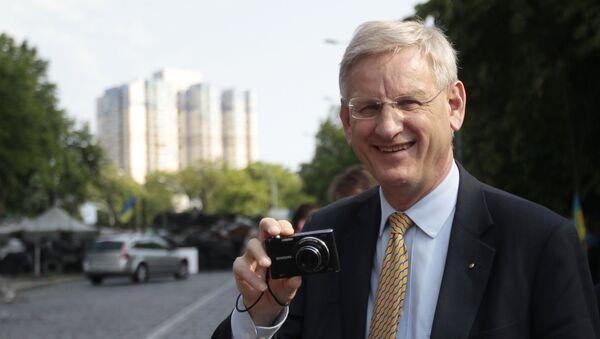 Swedish Foreign Minister Carl Bildt, holds a camera during his walk in central Kiev, Ukraine, Friday, May 16, 2014 - Sputnik International