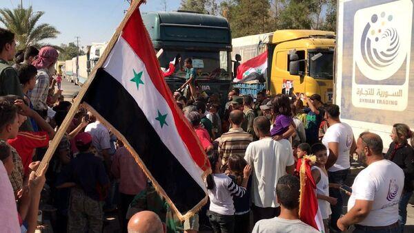 Deir ez-Zor residents welcome a truck convoy of medicines and food - Sputnik International