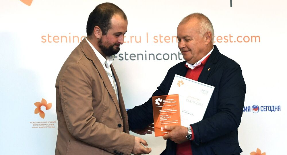 Alejandro Martinez Velez and Rossiya Segodnya Director General Dmitry Kiselev during the Stenin contest award ceremony in Moscow