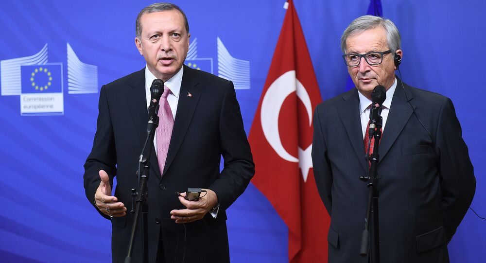 Turkey's President Recep Tayyip Erdogan (L) and European Commission President Jean-Claude Juncker address a brief statement as Erdogan arrive at the European Commission in Brussels. (File)