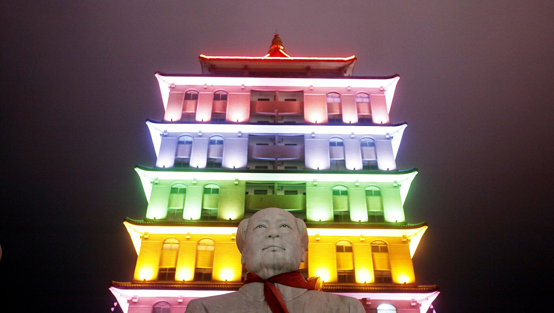 This Aug. 11, 2009 photo shows a statue of Mao Zedong in front of an illuminated pagoda-shape building in Huaxi, Jiangsu Province, China - Sputnik International, 1920, 29.07.2021