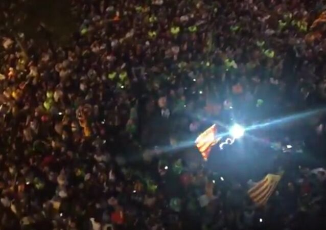 The night falls in #Barcelona but thousands resist in the streets #HelpCatalonia