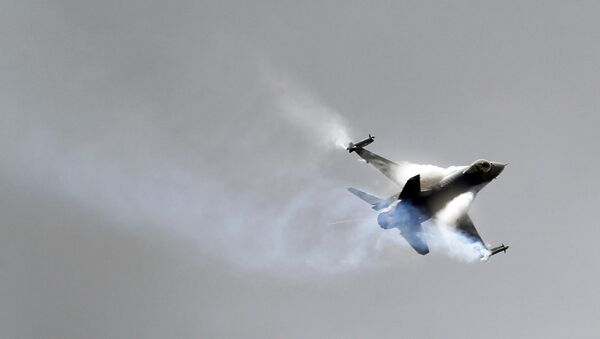 A Lockheed Martin F16 Jet fighter performs its demonstration flight at the 49th Paris Air Show at le Bourget airport, east of Paris, Wednesday June 22, 2011. - Sputnik International