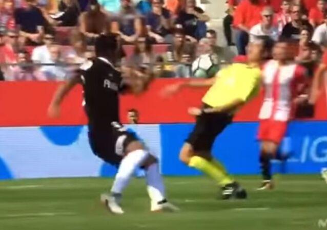 Footbal referee turns on Matrix mode