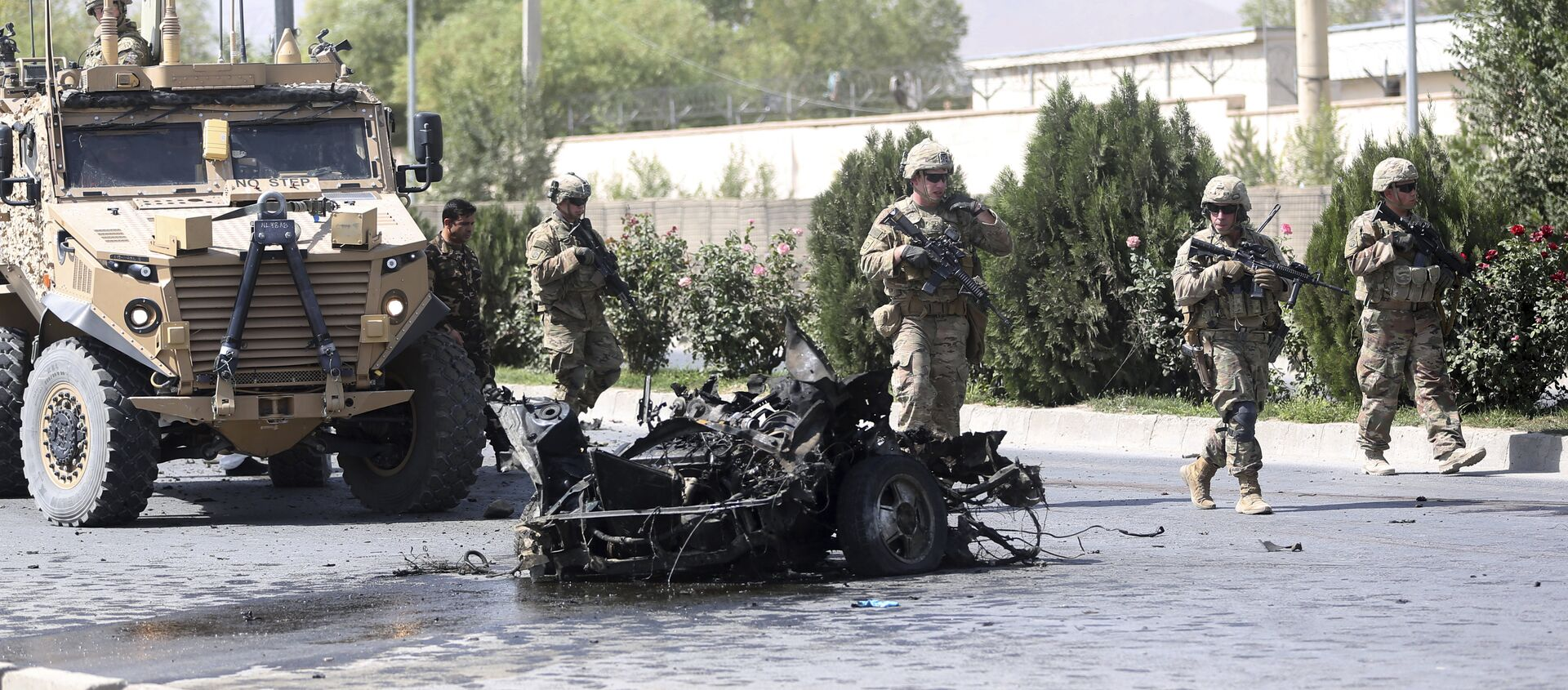 U.S. and Afghan security forces inspect the site of a suicide attack on NATO convoy in Kabul, Afghanistan, Sunday, Sept. 24, 2017 - Sputnik International, 1920, 11.07.2021
