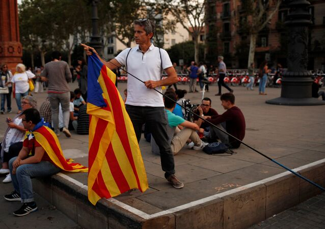 A man places an Estelada (Catalan separatist flag) on a stick during a protest outside the High Court of Justice of Catalonia in Barcelona, Spain, September 21, 2017