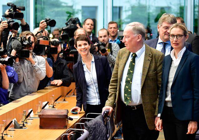 die AfD-Vorsitzende Frauke Petry (M.), AfD-Spitzenkandidat Alexander Gauland (R.), AfD-Spitzenkandidat Alice Weide (R. 2-te)