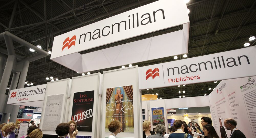 People wait in line at Macmillan Publishers to have books autographed by their authors at Book Expo America, in New York. (File)