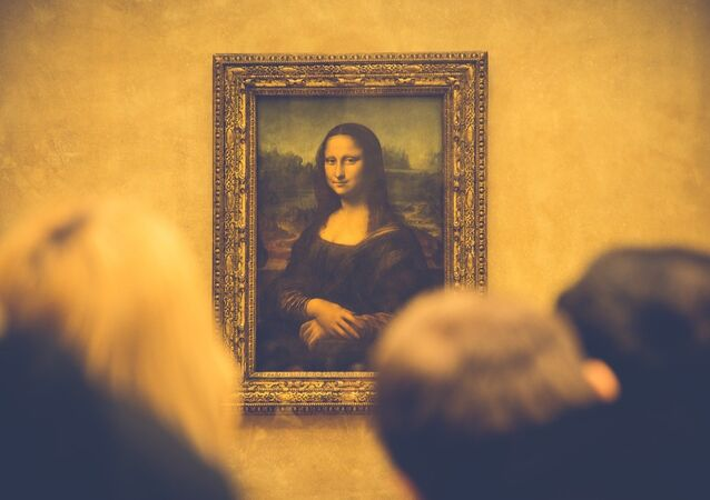 People looking at Leonardo da Vinci's Mona Lisa