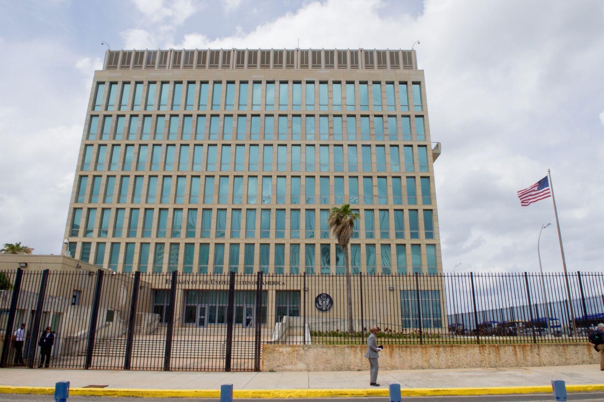 The U.S. flag flaps in the stiff breeze off the Florida Straits at the U.S. Embassy in Havana, Cuba. (File) - Sputnik International, 1920, 14.09.2021