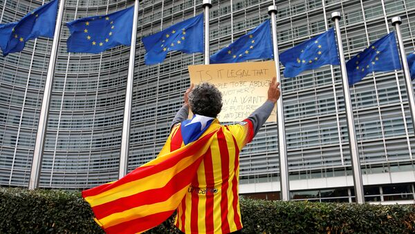 Catalan Raimon Castellvi wears a flag with an Estelada (Catalan separatist flag) as he protests outside the European Commission in Brussels after Sunday's independence referendum in Catalonia, Belgium, October 2, 2017. - Sputnik International