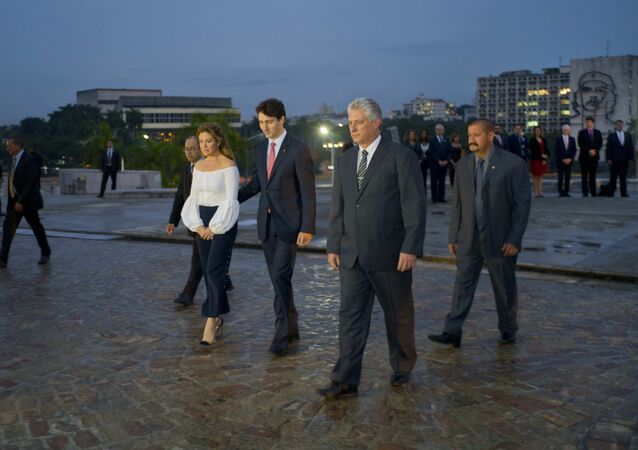 Backdropped by a monument depicting Cuba's revolutionary hero Ernesto Che Guevara, Canada Prime Minister Justin Trudeau, center left, and his wife Sophie Gregoire-Trudeau, are accompanied by Cuba's Vice Prime Minister Miguel Diaz Canel, right front, during a ceremony at the Jose Marti Monument n Havana, Cuba, Tuesday, Nov. 15, 2016.