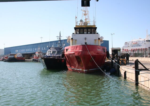The tugboat Thoran, tied up at Cadiz, with a police boat next to it