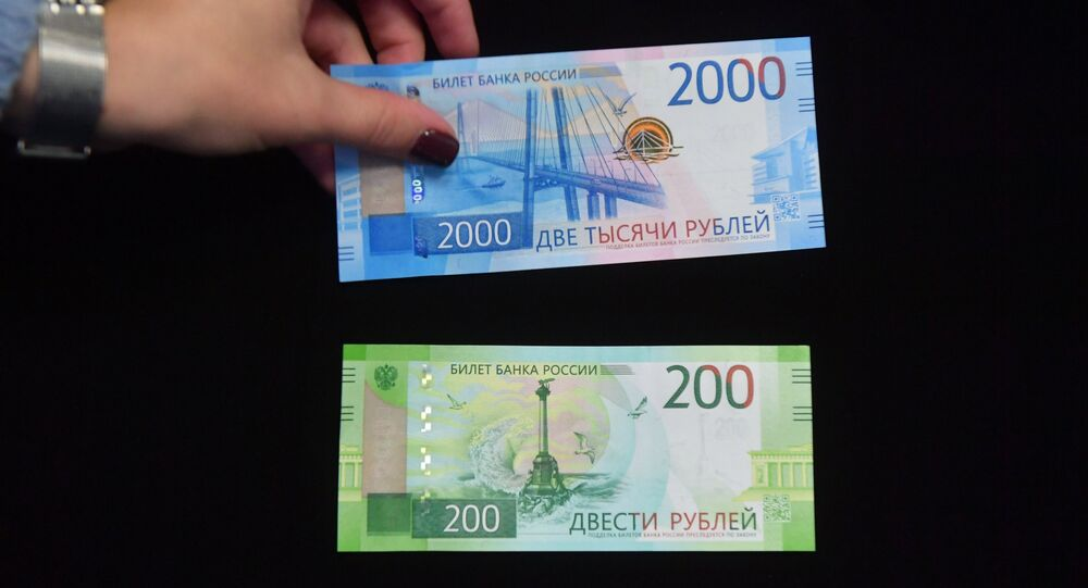 The new 200 and 2,000 ruble notes side by side