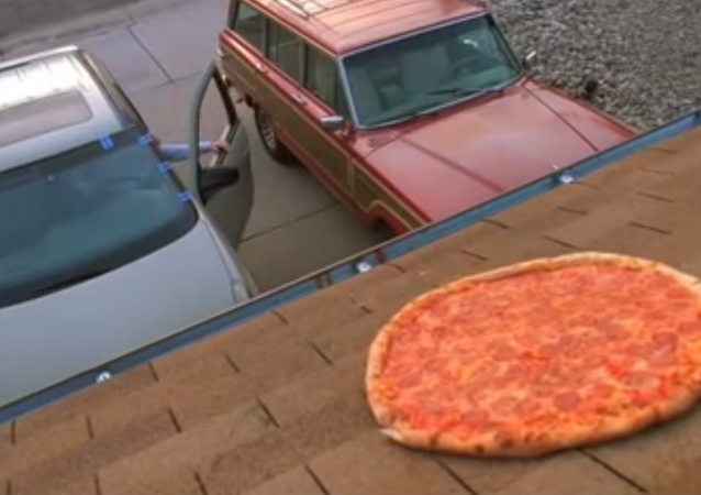 Scene from Breaking Bad in which Walter White tossing pizza onto the roof of his New Mexico home