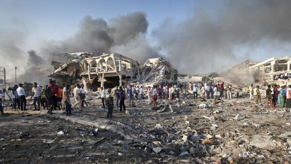 Somalis gather and search for survivors by destroyed buildings at the scene of a blast in the capital Mogadishu, Somalia, Saturday, Oct. 14, 2017 - Sputnik International