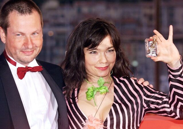 Danish director Lars Von Trier (L), 53rd Cannes Film Festival Golden Palm for his movie Dancer in The Dark posing with Icelandic pop star and actress, Bjork, Best Actress, on the terrace of the Palais des Festivals in Cannes. (File)