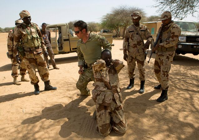 A US special forces soldier demonstrates how to detain a suspect during Flintlock 2014, a US-led international training mission for African militaries, in Diffa, Niger March 4, 2014.