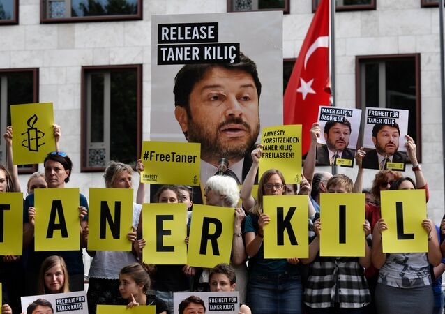 Activists of Amnesty International stage a protest against the detention of the head of Amnesty International in Turkey, Taner Kilic, in front of the Turkish Embassy in Berlin on June 15, 2017.