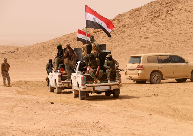 Members of the Iraqi forces backed by paramilitary units advance in an area south of Anna in the vast western province of Anbar bordering Syria, on September 20, 2017