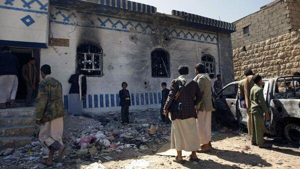 Yemenis look at a building damaged during a police raid on a hideout of al-Qaida militants in Arhab region, north of Sanaa, Yemen. (File) - Sputnik International