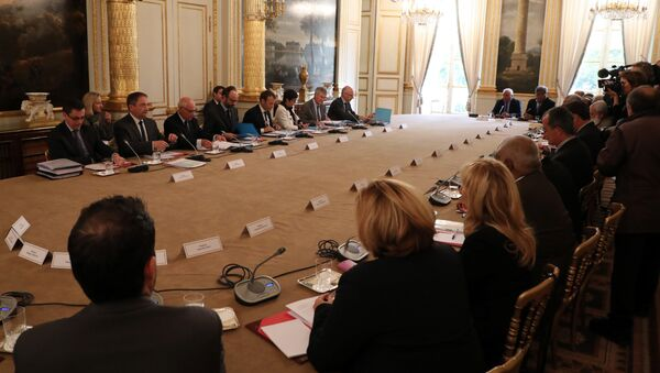 French Prime Minister Edouard Philippe (4th L) and French President Emmanuel Macron (4th R) take part in a meeting with New Caledonia representatives in the Murat lounge, at the Elysee palace in Paris on October 30, 2017 - Sputnik International
