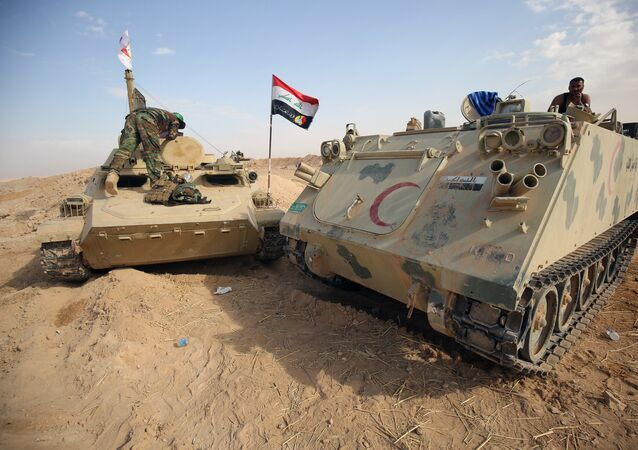 Iraqi forces and members of the Hashed al-Shaabi (Popular Mobilisation units) advance towards the city of al-Qaim, in western Anbar province, on the Syrian border as they fight against remnant pockets of Islamic State group jihadists on November 2, 2017