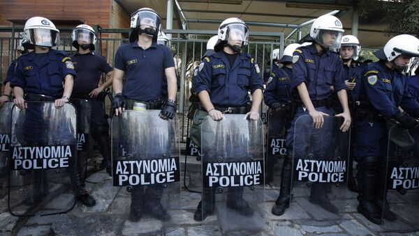 Riot police stand guard the entrance of ancient Acropolis site in Athens - Sputnik International