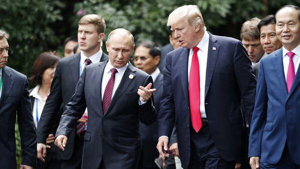 U.S. President Donald Trump, center right, and Russia's President Vladimir Putin, center left, talk during the family photo session at the APEC Summit in Danang, Saturday, Nov. 11, 2017 - Sputnik International