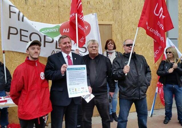 Alex Rowley. Scottish Labour candidate for Cowdenbeath signs the pledge (File)