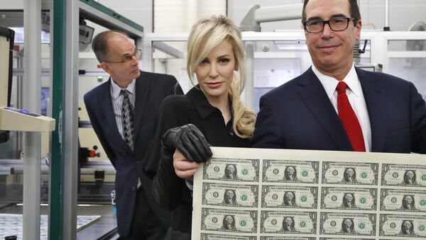 Treasury Secretary Steven Mnuchin, right, and his wife Louise Linton, hold up a sheet of new $1 bills, the first currency notes bearing his and U.S. Treasurer Jovita Carranza's signatures, Wednesday, Nov. 15, 2017, at the Bureau of Engraving and Printing (BEP) in Washington. - Sputnik International