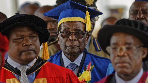 Zimbabwe's President Robert Mugabe, center, arrives to preside over a student graduation ceremony at Zimbabwe Open University on the outskirts of Harare, Zimbabwe Friday, Nov. 17, 2017 - Sputnik International