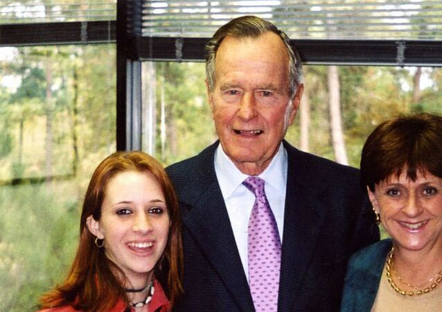 Roslyn Corrigan (L), former president George H.W. Bush (C) and Sari Young (R) at the November 2003 event where Corrigan says Bush groped her