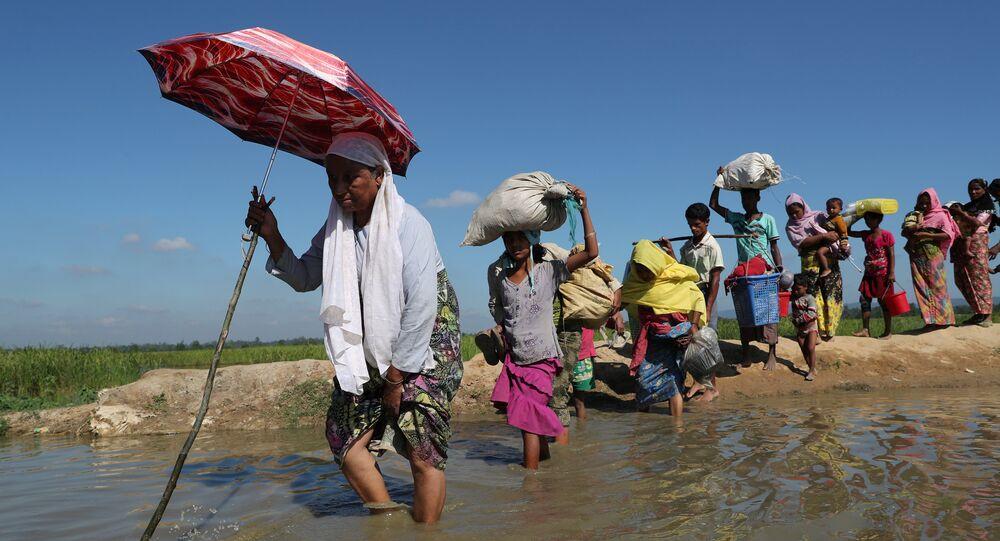 Rohingya refugees walk towards a refugee camp after crossing the border in Anjuman Para near Cox's Bazar, Bangladesh, November 19, 2017