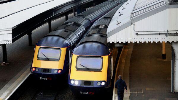 A worker passes First Great Western trains at Paddington Station in London November 21, 2010. - Sputnik International