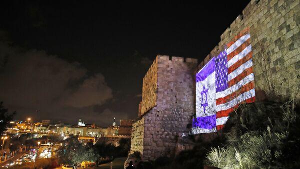 Giant US flag screened alongside Israel's national flag by the Jerusalem municipality on the walls of the old city - Sputnik International